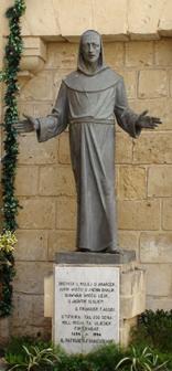 beeld St Franciscus in straat Rabat